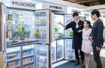 현장 판매사원이 삼성전자 전시존을 방문한 예비부부에게 셰프컬렉션 등 삼성전자 프리미엄 냉장고에 대해 설명하고 있다