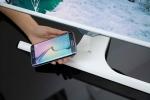 삼성전자 모델이 휴대폰 무선 충전이 가능한 모니터 SE370을 소개하고 있다