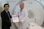 지멘스 헬스케어는 정다운병원에 초전도형 1.5 테슬라 MRI 장비인 마그네톰 에센자(MAGNETOM ESSENZA)를 전세계에서 2천번 째로 설치했다. 왼쪽부터 지멘스 헬스케어 박동찬 상무, 정다운병원 최상순 원장
