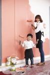 엄마가 아이와 함께 친환경 페인트 더클래시를 벽에 칠하고 있다