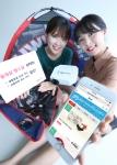 KT 직원들이 올레샵 땡스딜의 첫 번째 상품인 설빙 모바일상품권, 디즈니∙마블 캠핑 세트, 다비코 멀티미디어 빔프로젝터를 소개하고 있다.