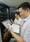 사진은 LG유플러스 네트워크 직원들이 독산사옥에서 NFV 기술을 적용한 VoLTE 영상통화를 시연하고 있다.