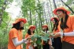 여고생들이 숲과 나무를 주제로 한 숲 체험 프로그램에 참가한 모습