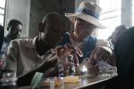 삼성전자 임직원 해외봉사단이 콩고민주공화국에서 학생들과 태양열 충전 LED 랜턴을 만들고 있다