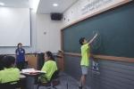 우주과학창의체험스쿨에 참가한 서울교육대학교 과학 영재교육원생이 자신이 고안한 달 크기 측정법을 발표하고 있다.