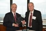 키이스 노스부시 로크웰 오토메이션 회장 겸 CEO가 앤디 머리 네슬레 기술 조달 총괄로부터 기술조달- 유지보수운영(maintenance, repair and operations, MRO) 업체에 주어지는 2014 최우수 북미 조달 공급업체 상을 받고 있다.