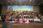 2015 아시아청소년 초청연수'의 개회식이 여성가족부(장관 김희정)와 한국청소년단체협의회(회장 함종한)의 개최로 8월 7일(금) 낮12시에 종로구 AW컨벤션센터에서 한국 등 아시아 22개국 185명 청소년의 참석 속에 열린 가운데, 참가자들이 기념촬영을 하고 있다.