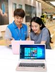 전국 500여 개의 삼성 디지털프라자 및 삼성 딜라이트샵에서는 윈도우 10 운영체제가 탑재된 삼성 PC 신모델 체험이 가능하다. 삼성전자 모델들이 제품을 소개하고 있다 (사진제공: 삼성전자)