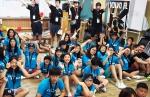 2015 볼보트럭, 여름 어린이 영어 캠프에 참가한 어린이들이 김영재 볼보트럭코리아 사장과 함께 캠프 첫 날 경북 문경에 소재한 다락골 초록원에서 기념사진을 촬영하고 있다