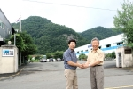 KGC코리아 노재원 대표(사진 좌)와 화인트로 정달옥 대표(사진 우)가 제휴 협력으로 고성능 브레이크 패드를 생산하기로 하고 8월 10일 화인트로 경남 의령공장에서 생산을 개시했다