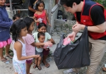 사랑의 도시락을 받기 위해 맨발로 뛰어 나온 인도네시아 빠딱족 아이들