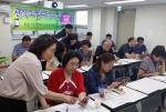 오경순 대표(사진 왼쪽)가 일대일 맞춤교육을 진행하고 있다.