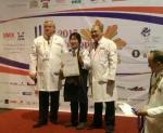 2015 필리핀 국제요리대회 개인 램부문에서 은메달을 수상한 김현아 선수(가운데)가 심사위원들과 기념촬영을 하고 있다