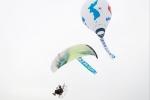항공레저스포츠 동호회 윙스 앤 발롱이 패러글라이딩과 열기구를 활용한 광복 70년 응원을 펼쳤다.
