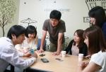 티모넷의 직원들이 모바일 결제 솔루션을 핀테크에 활용할 방안에 대해 아이디어 회의를 하고 있다