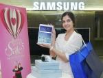 삼성전자 모델이 19일 서초동 삼성 딜라이트 면세 매장에서 태블릿과 카메라 등을 소개하고 있다