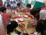 어린이집에서 유아들이 스마트기기를 활용해 교육받는 장면