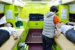 헌혈하고 있는 일동후디스 직원들 모습