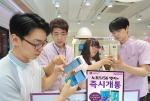LG유플러스 매장을 방문한 고객들이 갤럭시 노트5와 갤럭시 S6 엣지+를 만져보면서 상담을 하고 있는 모습