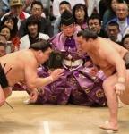 그랜드 챔피언 하쿠호(Hakuho)가 2013년 봄 스모 토너먼트에서 숙적 하루마 후지(Haruma-fuji)와 맞붙고 있다. 36대 스모 심판관 기무라 쇼노스케(Shonosuke Kimura)가 가까이에서 심판을 보고 있다.