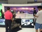 SBS와 함께하는 방송체험전에 참가한 관람객들이 뉴스앵커 체험을 즐기고 있다.