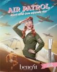 마치 대형 고글로 눈을 보호하는 파일럿처럼, 에어 패트롤로 눈가를 보호한 여성 파일럿이 당당하게 자신의 매끈한 눈매를 뽐내고 있는 빈티지한 광고 비주얼