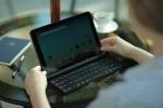롤리키보드에 내장된 거치대를 꺼내 태블릿을 올려 놓고 타이핑하는 모습