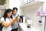 LG유플러스(부회장 이상철 / www.uplus.co.kr)가 26일부터 29일까지 나흘 간 서울 강남구 삼성동 코엑스(COEX)에서 개최된 제 23회 서울국제건축박람회에서 자사의 홈 IoT 제품들을 선보이며 참관인들의 인기를 끌었다고 30일 밝혔다.  사진은 LG유플러스 홈IoT관을 찾은 고등학생들이 가스락을 시연해보며 신기해하는 모습.