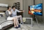 삼성전자 모델들이 삼성전자 S 골드러시 구형 TV SUPER 보상판매 행사 모델인 UHD TV를 소개하고 있다