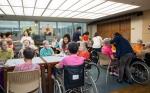 아미코스메틱 직원들이 노인요양원을 찾아 데이케어 봉사를 진행하고 있다