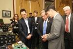 시연회에 참석한 미국 하원 군사위원회 조 윌슨 의원(공화당, 사진 가운데)이 SK텔레콤의 양자암호통신 시스템에 대한 설명을 받고 있다