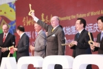 AGCO의 경영진과 중국 지방정부 관리들이 AGCO의 창저우 신규 제조 시설 설립을 축하하고 있다.