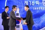 티모넷 IT Mobile 부문장인 정희원 부사장(사진 오른쪽)이 황교안 국무총리로부터 대통령 표창을 받고 있다
