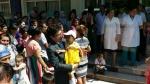 선천성 심장병 환아들의 검진과 수술대상자 선정을 위해 방문한 우즈베키스탄 국립아동병원에서 반재용 한국JC 해외사업실장이 한 아이와 인사하고 있다
