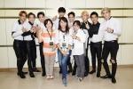 12일 중국 충칭에서 열린 EXO 콘서트에 통역사로 고용돼 함께한 결혼이주여성들과 EXO 멤버들이 기념 사진을 촬영하고 있다 (사진제공: 삼성전자)