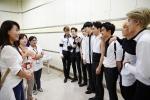 12일 중국 충칭에서 열린 EXO 콘서트에 통역사로 고용돼 함께한 결혼이주여성들에게 EXO 멤버들이 감사인사를 전하고 있다 (사진제공: 삼성전자)