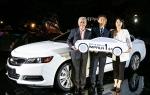 행사에 참석한 한국지엠 세르지오 호샤 사장(왼쪽)과 1호차 주인공으로 선정된 김갑진씨(남, 52세, 울산지역 거주) 그리고 김갑진씨의 아내가 임팔라 차량 앞에서 웃고있는 모습