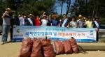 충남연구원 서해안기후환경연구소가 해양쓰레기 수거 봉사활동을 실시했다 (사진제공: 충남연구원)