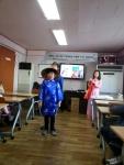 고양시 둥지지역아동센터에서 다문화 인권지킴이 함께하는 다문화, 더 큰 대한민국이라는 주제로 베트남 결혼이주여성이 교육을 실시하고 있다