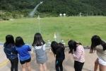 우주로 우주과학 역량계발 캠프에 참가한 청소년이 국립고흥청소년우주체험센터 로켓발사장에서 물로켓을 발사하고 있다