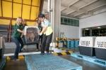 HSI 관계자들이 충청남도 김씨의 개농장에서 개를 구조해 인천공항으로 옮기는 모습 (사진제공: 휴메인 소사이어티 인터네셔널)
