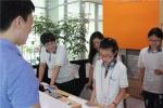 프런트 접객서비스 체험 중인 참가 청소년의 모습