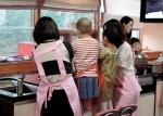 소아암 어린이들이 엄마의 도움을 받아 떡을 만들고 있다