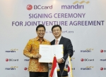 BC카드 서준희 사장(오른쪽)과 만디리은행 부디 사디킨(Budi. G Sadikin) 은행장이 합작사(JV) 설립에 대한 계약을 체결하고 있다