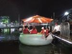 추석에 서울투어 나선 고양 이민자 통합센터 이민자들이 한강에서 tubester를 타고 나가고 있다