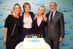 2015년 9월 28일 뉴욕. 팸퍼스와 UNICEF(국제아동기금)가 10년 동안 1억 명의 여성과 그들의 신생아의 생명을 구한 것을 축하했다. 요카 브란트 UNICEF 부총재, 맘 앤 팸퍼스 유니세프 대사 에마 번튼, 제라드 보쿠넷 유니세프 민간 펀드 모집 및 파트너십 이사, 시르마 우무르 P&G 육아 담당 부사장과 홀리 필립스 CBS 뉴스 의료부문 기고가 및 행사 사회자를 포함한 대표단이 유니세프 미국 펀드 행사에서 캠페인 10년의 성공을 축