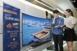 삼성전자 모델들이 1일 논현동 삼성 디지털프라자 강남본점에서 정부의 개별소비세 인하를  기념하는 삼성전자 S 골드러시 TV SUPER WEEK 프로모션을 소개하고 있다. (사진제공: 삼성전자)
