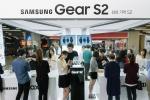 서울 삼성동 코엑스몰에 위치한 갤럭시 스튜디오에서 많은 소비자들이 기어 S2를 혁신 기능을 체험하고 있다