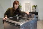 삼성전자 모델이 4일 따뜻한 미온수로 애벌빨래 기능을 강화한 2016년형 액티브워시 세탁기를 소개하고 있다