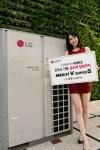 서울 영등포구 여의도동 소재 LG트윈타워에서 모델이 시스템에어컨 세계 최초로 습도까지 감지하는 LG전자 멀티브이 슈퍼5를 소개하고 있다